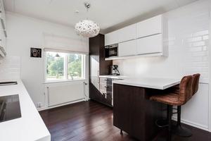 Enligt beskrivningen på Hemnet har köket med öppen planlösning renoverats i år.Foto: Länsförsäkringar Fastighetsförmedling.
