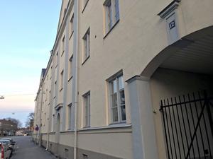 Här på Bromsgatan 12 i Örebro bodde familjen Svensson. Doris konstaterar att olyckan kunnat undvikas om de grindar som idag finns uppsatta även funnits då.
