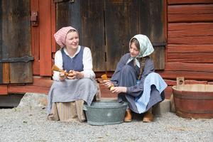 Turid Ekefjord och Hedda Malmberg spelade systrarna Sigrid och Anna under helgen. – Min karaktär ska flytta hemifrån för att jobba som piga och systern är inte alls glad för det, berättar Turid.