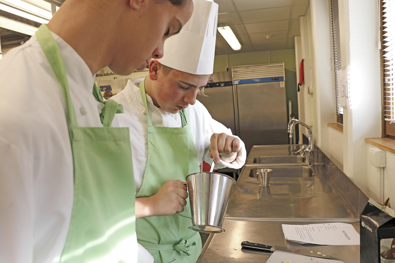 Teamwork i köket. Simon Norling och Albin Persson i aktion.