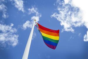 Prideflaggan symboliserar alla människors lika värde, skriver insändarna.