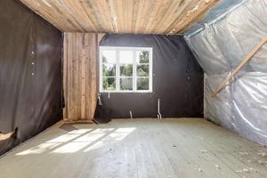 Inuti huset som är behov av renovering. Foto: HusmanHagberg Uppsala