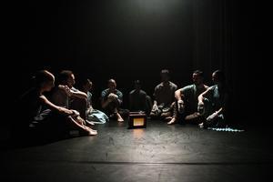 """Det är söndag kväll och Norrdans gästspelar med norsk-samiska koreografen Simone Grøttes koreografi """"Märgben"""" som hade urpremiär i Härnösand i slutet av mars. Foto: Lia Jacobi"""