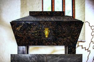 En av Västerås domkyrkas dyrgripar är Erik XIV:s sarkofag i svartådrig Carraramarmor. Den är sannolikt beställt av Gustav III från Italien 1789 och utförd av dennes favoritarkitekt Louis Jean Deprez. Förmodligen var den tänkt för den formsäkre kungen själv, men den skänktes sedan till domkyrkan av hertig Karl XIII för Erik XIV:s kvarlevor. Foto: Henrik Mill