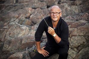 Christian Lindberg är chefsdirigent i Israel NK orchestra men bor till vardags i Sverige. – Jag reser jorden runt i jobbet hela tiden, det har jag gjort de senaste 35 åren, säger han och berättar att hans jobb i orkestern innebär att åtta av årets veckor spenderas i Tel Aviv. Foto: Mats Bäcker
