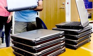 Tillgången till läsplattor och datorer lyfts som ett annat problem som uppstår när mobiltelefonerna inte längre får användas på skoltid.Foto: Mårten Englin