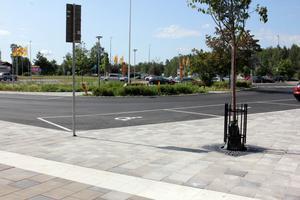 Parkeringsplatserna för handikappade har flyttats från trottoaren utanför Apotekets ingång till anvisade parkeringsrutor utanför entrén.