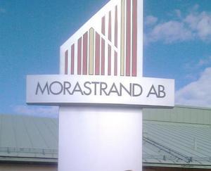Majoriteten i Mora vill införa nya ägardirektiv för Morastrand AB, något som insändarskribenterna skriver kan tvinga bostadsbolaget att sälja ut fastigheter på ett sätt som kan äventyra bolagets sunda ekonomiska utveckling och därmed driva upp hyrorna. Foto: Arkiv