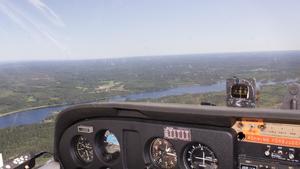 Från flygplanets cockpit har pilot och spanare god uppsikt över landskapet.