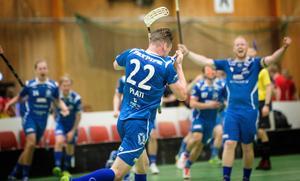 Älvsjö AIK:s Niclas Pilati firar vinsten i herrklassen.
