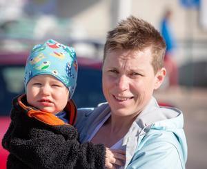 Bäck Linda Jobs med sonen Pelle.Hur ställer ni er till Moskogslänken?Ulrika Liljeberg (C):– Vi tror att det är en väg som behövs för att utveckla Leksand och bygden.