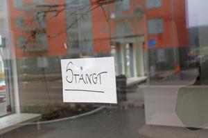 En stängd blomsteraffär på Karlsdalsallén. Örebro borde vårda sina småföretag bättre, skriver Lars Ströman.