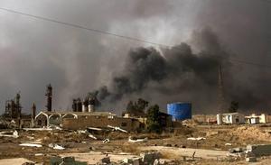 IS har tänt eld på oljekällor utanför Mosul för att försvåra för irakiska arméns ambition att återta staden.