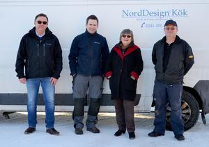 De nya ägarna Peter Drougge och Magnus Lekare tillsammans med Inger Lekare och Rolf Lekare framför den visningsbuss som  företaget