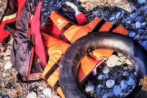 Övergivna flytvästar och gummislangar som använts som flytringar.