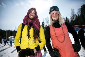 Filip Sundvall och Mats-Erik Hammar gjorde sig påskfina och fick samtidigt gratis liftkort – ett erbjudande som många nappade på.
