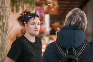 Emma berättade för en kund att det kommer att finnas också kavring till försäljning, när man är nöjd med provbakningen.