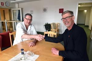 Asbjörn Österberg och Gunnar Barke skakar hand efter ett lyckat möte.