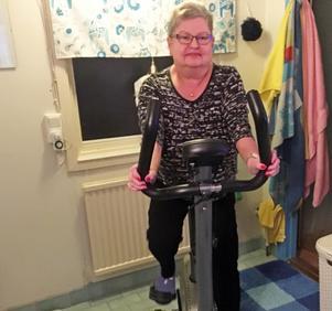 Mona Rodling motionerar ofta på motionscykeln.