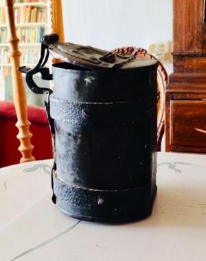 Fattigbössan är en gammal kopparpåse som för länge sedan hittades vid en stor grav vid Furusunds ångbåtsbrygga. Foto: Furusunds kulturförening