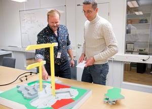 Thomas Näslund och Martin Parck med en modell över Fyren-projektet som visar hur läget är just nu. Efter nyår kommer bostäderna börja resa sig åtta våningar ovanför markytan. Tornet blir 19 våningar högt.