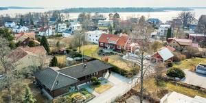 Villan ligger nära Mälaren. Foto: Bjurfors