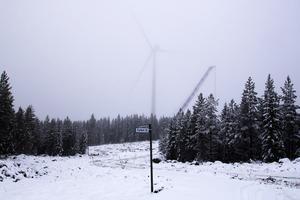 I diset skymtar ett av vindkraftverken i Tönsen.