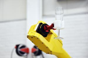 När företaget tillsammans med organisationen Företagarna anordnade fest var det robotar som serverade drinkar.