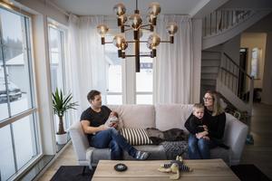 Per Arnlund arbetar som operativt säkerhetsansvarig hos Aga. Camilla Englund arbetar som upphandlare åt bland annat Falu kommun. I knät har de sönerna Gustav och Valter.