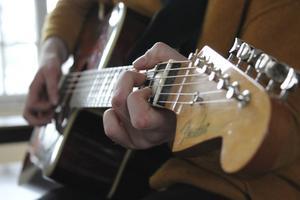 Några enkla ackord är början på en ny låt.