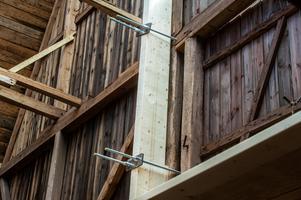 Efter det att taket rasade in så har logen säkrats för att inte falla ihop helt. På ena gaveln har kraftiga limträbalkar monterats som provisoriskt stöd.
