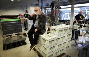 En man provar en kall öl på ett av landets alla bryggerier. Foto: Tomas Oneborg / SvD / TT
