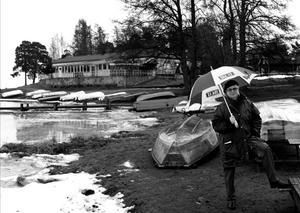 Vinterbilden 1998. Årets modell: Birgitta Danielsson. Medeltemperatur: -0,3. Nederbörd: 114. Foto: Conny Sillén.