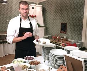 – Bara hårdbröd eller kanske en potatis till. Då tycker jag att man låter sillarna smaka det de ska smaka, säger kocken Hans Erik Holmqvist.