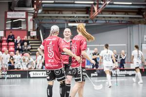 Anna Wijk, Caroline Rosenberg och Johanna Hultgren efter ett av superduon Hultgren/Wijks mål mot Warberg.
