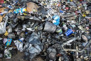 Det var när Simon Bylund höll på att tömma en container på en återvinningsstation i Kovland som det tog fyr.