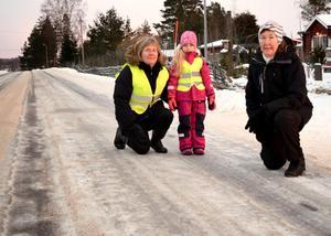 Eva och Märta Östling tillsammans med Ulla Hedin Erks  på 597:an utanför Erks fastighet, där sex avåkningar inträffat på tre dagar.
