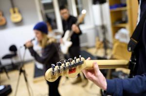Elever spelar gitarr och sjunger i Kulturskolan i Stockholm. Foto: Henrik Montgomery/TT