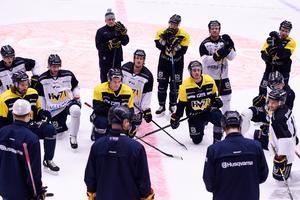 HV71-tränarna drar upp riktlinjerna på onsdagsträningen i Kinnarps Arena.