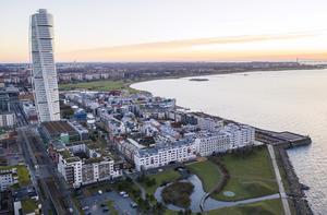 En liten elvavåningars byggnad dominerar ingalunda sönder Sundsvall, för i så fall vore redan Malmö en förintad stad på grund av Turning Torsos 57 våningars dominerande, skriver