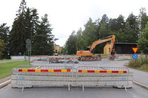 Både betongblock och staket markerar att rondellen är avstängd för biltrafik; här sett ifrån Kungsgårdsvägen.