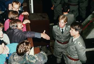 Östtyska gränsvakter ville inte ta i hand dagen efter att muren öppnats för idag 30 år sedan.