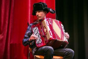Adam Kallin från Bräcke spelade svensk och fransk dragspelsmusik.