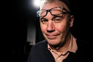 Dag Hellström är teaterlärare på Lugnetgymnasiet i Falun och har arbetat som skådespelare i drygt 20 år.