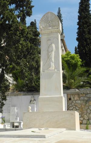 Melina Mercouri är begravd på Första kyrkogården i Athen. Gravmonumentet är pampigt. Foto: Lennart Götesson.