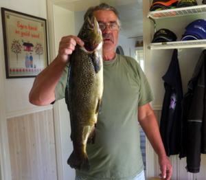 Kent Fahlström med en öring på 2,9 kilo.