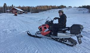 Christer Karlsson på väg att laga en vattenläcka i början på december då de låg i startgroparna för säsongsöppning. Tyvärr har vintersäsongen sedan töat och blåst bort för den lilla Rättviksbacken.