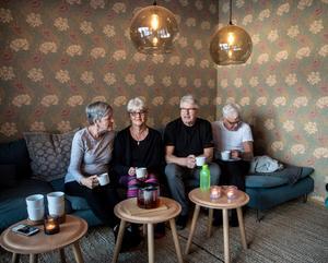 Mari-Louise Larsson, 72 år, Kristina Åberg 71 år, Bengt Östberg 76 år och Roland Larsson 75 år värmer upp med lite te innan yogan.