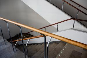 Enligt polisanmälan har det dykt upp lappar, där mannens namn förekommer, i trappuppgången. (Bilden är inte tagen i det aktuella trapphuset.)
