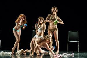 Efter sin kandidatexamen vid Northern School of Contemporary Dance i Leeds 2013, startade Sofia Edstrand tillsammans med studiekompisarna Rebecka Holmberg, Kate Cox och Rachel Fullegar danskompaniet Gracefool Collective. Här är de i föreställningen